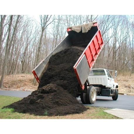 Camión de tierra negra